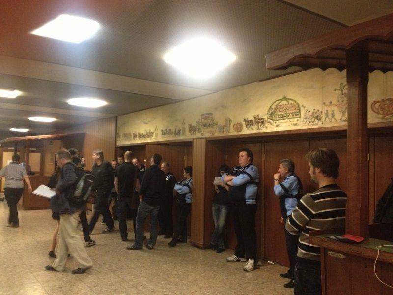 Tuersteher bewachen die Heide Volm, damit die Reporter nicht reinkommen.