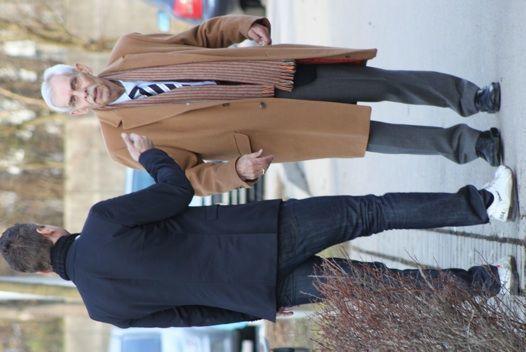 Am Nachmittag kehrte Dieter Schneider an Trainingsgelaende zurueck: Sky-Mann Torben Hoffmann bat den    Boss zum Interview. Foto: GRISS
